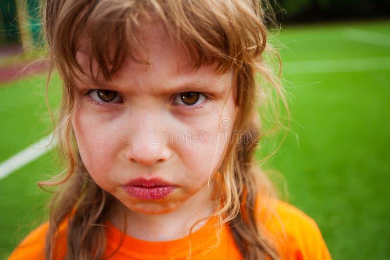 Retrato irritado triste da menina que olha em linha reta imagem de stock