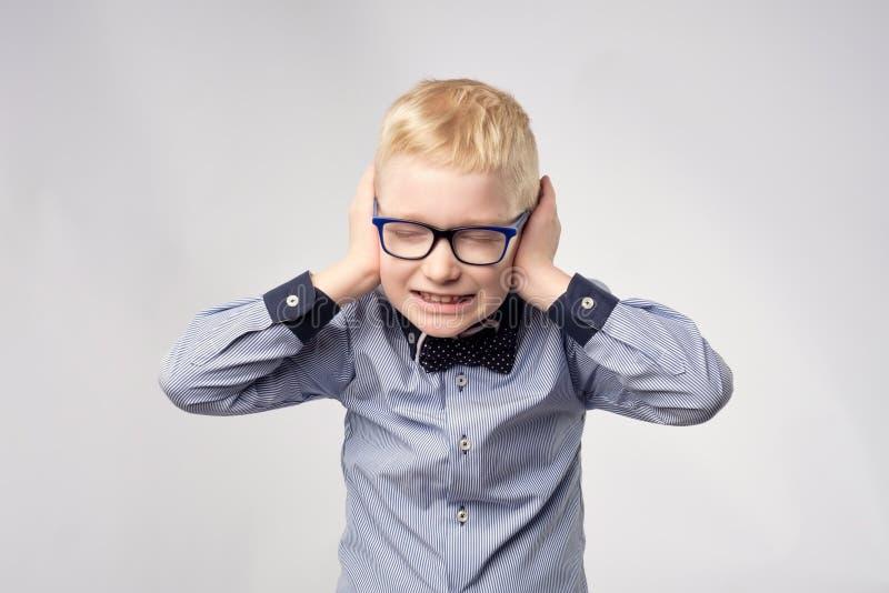Retrato isolado das orelhas gaucasian da coberta do menino com mãos imagens de stock