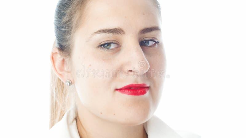 Retrato isolado do close up da jovem mulher com o batom vermelho que olha de lado imagens de stock royalty free