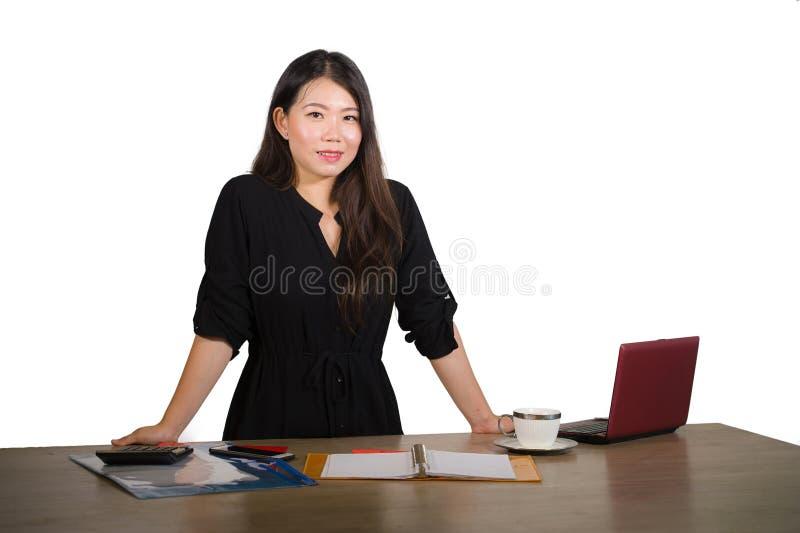 Retrato isolado incorporado da empresa da mulher de negócios chinesa asiática bonita e bem sucedida nova que levanta o cheerfu de imagem de stock royalty free