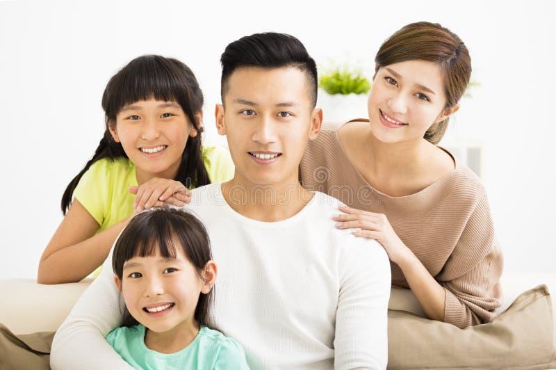 Retrato joven atractivo feliz de la familia imagen de archivo libre de regalías