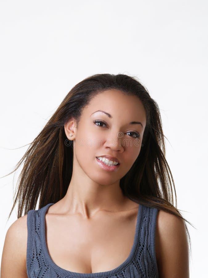 Retrato joven de la mujer negra con las paréntesis imagen de archivo