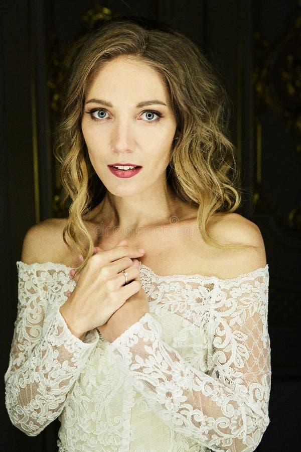 Retrato joven de la novia de la belleza magnífica Novia hermosa con maquillaje de la boda Modelo de moda nupcial que presenta en  foto de archivo libre de regalías