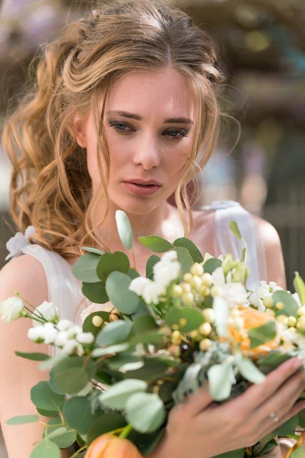 Retrato joven de la novia con un ramo de la boda fotos de archivo