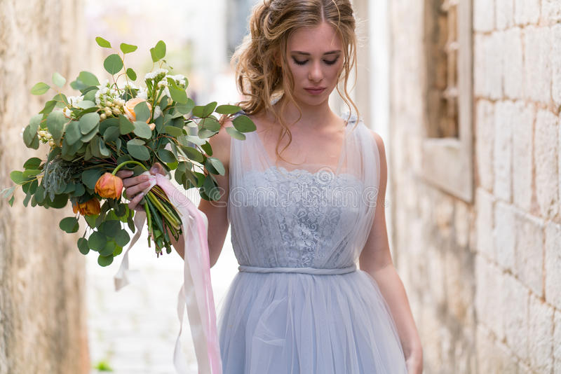 Retrato joven de la novia con un ramo de la boda fotos de archivo libres de regalías