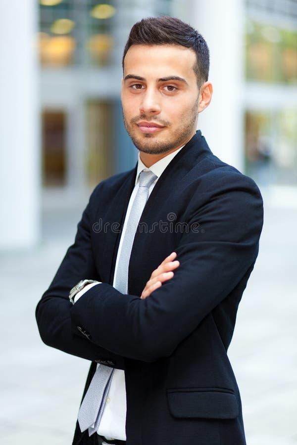 Retrato joven del hombre de negocios al aire libre foto de archivo libre de regalías