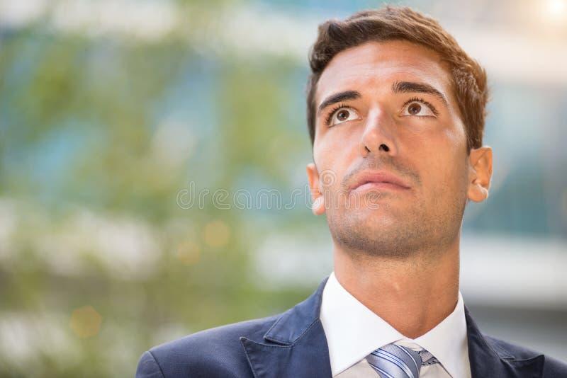 Retrato joven del hombre de negocios al aire libre imagen de archivo