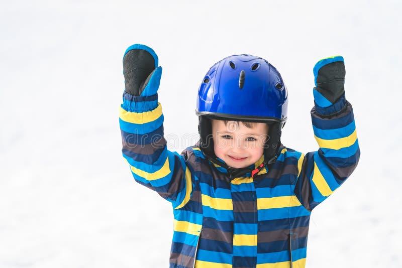Retrato joven del invierno del muchacho del esquiador imagenes de archivo