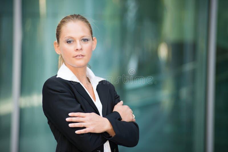 Retrato joven sonriente de la mujer de negocios imagen de archivo libre de regalías