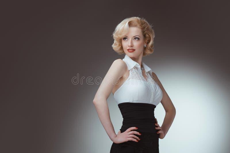 Retrato joven y hermoso de la muchacha Pin-para arriba de la mujer encendido imagenes de archivo
