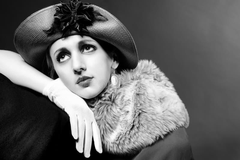Retrato labrado retro de la manera de una mujer joven imagenes de archivo