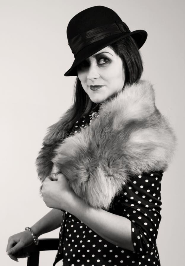 Retrato labrado retro de una mujer joven foto de archivo