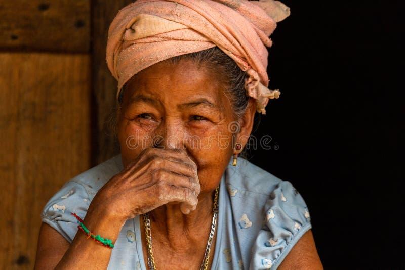 Retrato Laos de la mujer de la minoría étnica fotos de archivo libres de regalías