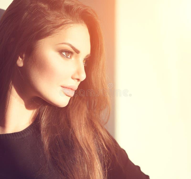 Retrato lateral da menina romântica da beleza nova imagens de stock royalty free