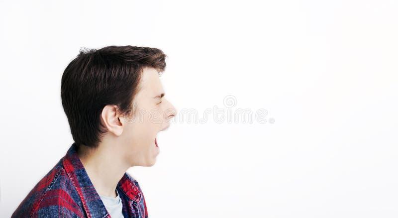 Retrato lateral de um grito da raiva do homem da gritaria emocional foto de stock