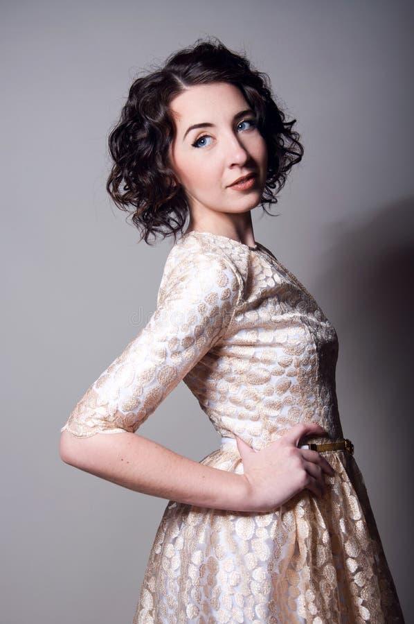 Mulher bonita que veste um vestido imagens de stock