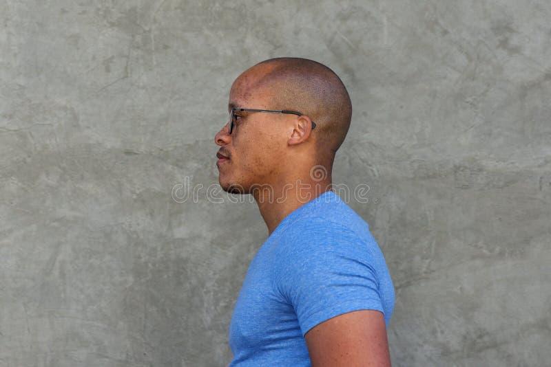 Retrato lateral do homem africano sério com vidros imagens de stock royalty free