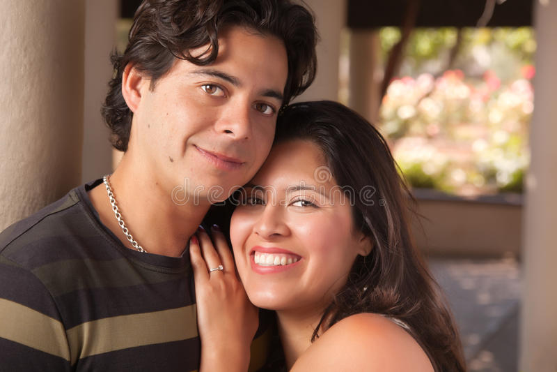 Retrato latino-americano Loving dos pares ao ar livre fotos de stock royalty free