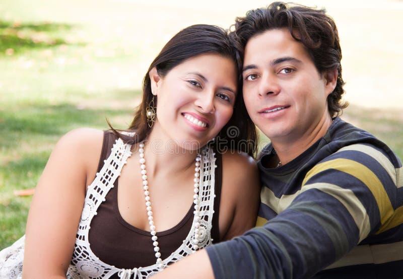Retrato latino-americano Loving dos pares ao ar livre imagens de stock royalty free