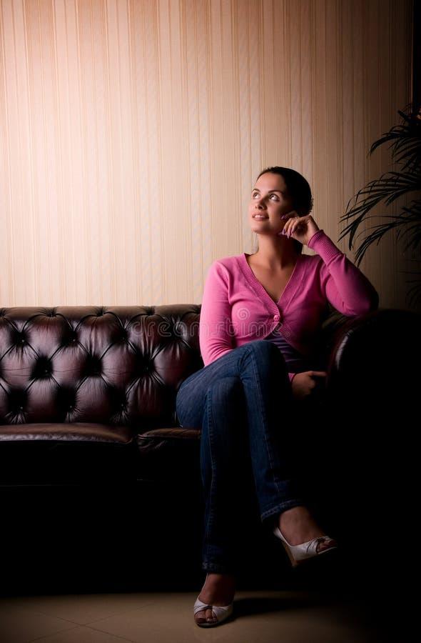 Retrato ligero dramático de la mujer joven hermosa. fotos de archivo libres de regalías