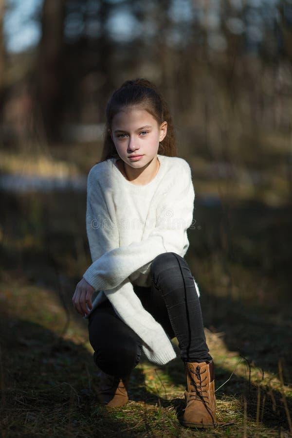 Retrato lindo a?o de la muchacha doce al aire libre Retrato foto de archivo