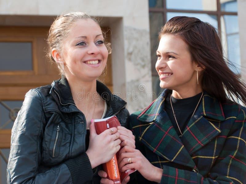 Retrato lindo de dos estudiantes al aire libre foto de archivo libre de regalías