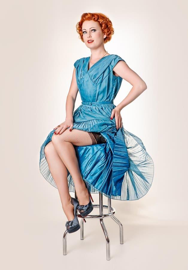 Readhead retro en vestido azul del vintage imagen de archivo