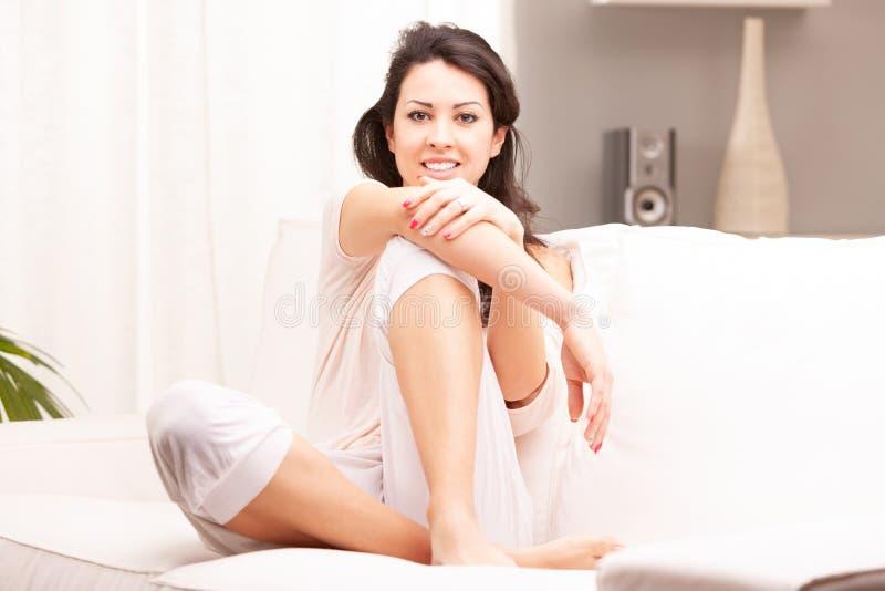 Retrato lleno de la mujer del cuerpo en su sala de estar fotografía de archivo