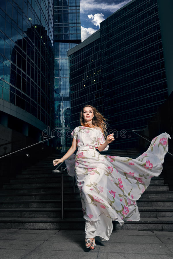 Retrato lleno del crecimiento de la mujer de moda en fondo urbano fotos de archivo