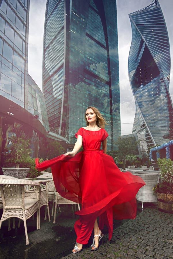 Retrato lleno del crecimiento de la mujer de moda en fondo urbano foto de archivo