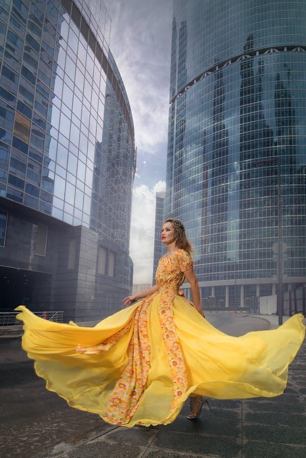 Retrato lleno del crecimiento de la mujer de moda en fondo urbano fotos de archivo libres de regalías