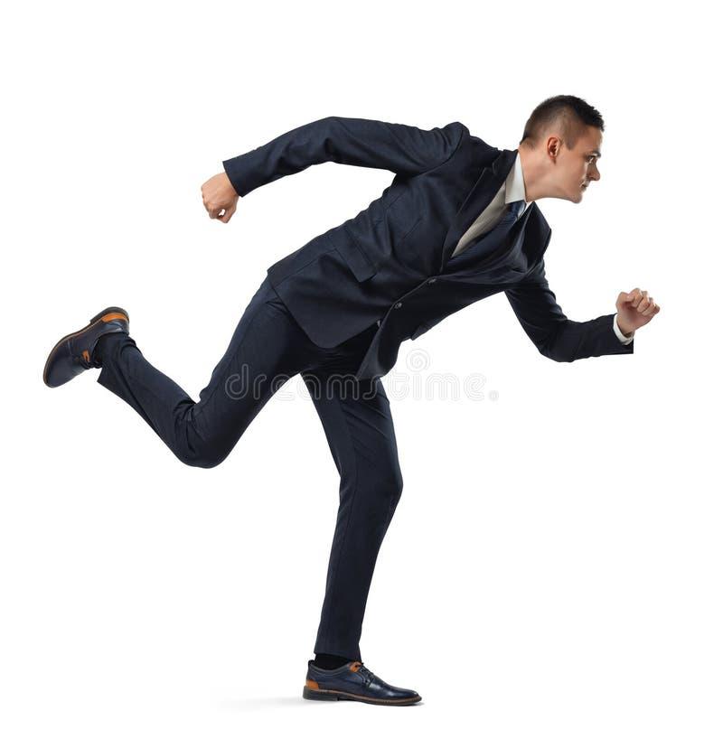 Retrato lleno del crecimiento del hombre de negocios que actúa como él está corriendo, aislado en el fondo blanco fotos de archivo libres de regalías