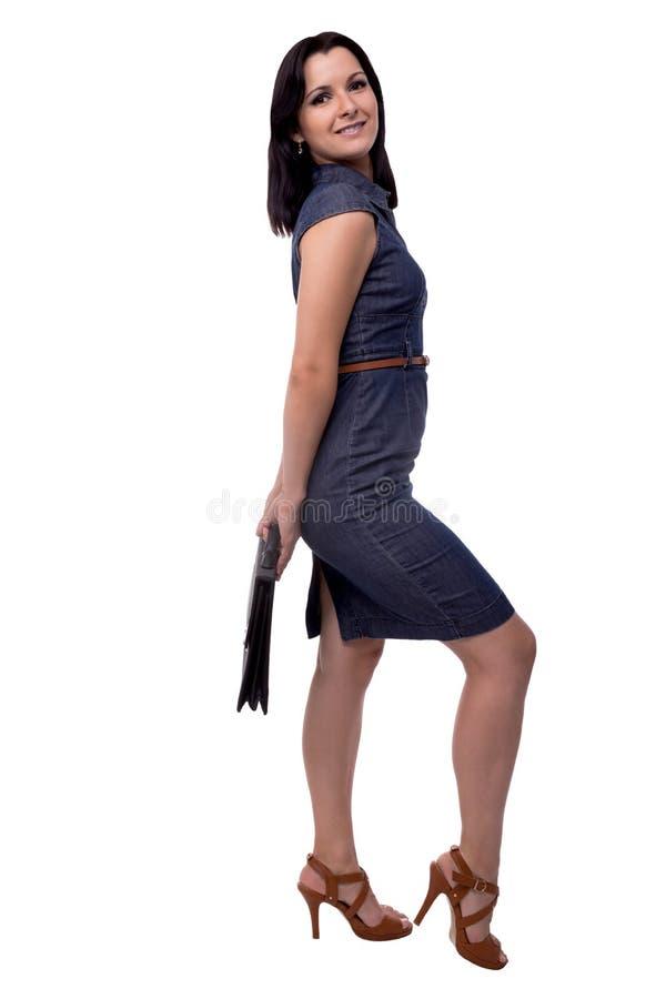 Retrato lleno del cuerpo de la mujer de negocios en vestido con la cartera, cartera, aislada en blanco fotografía de archivo