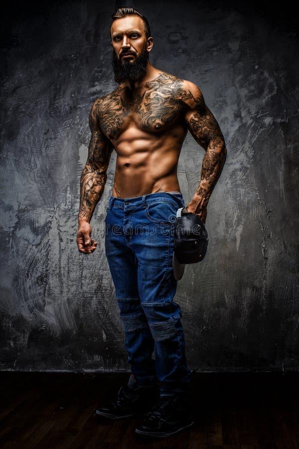 Retrato lleno del cuerpo del hombre muscular imagen de archivo libre de regalías