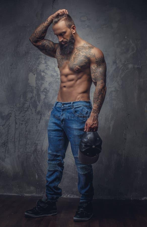 Retrato lleno del cuerpo del hombre muscular imágenes de archivo libres de regalías