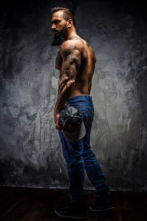 Retrato lleno del cuerpo del hombre muscular imagen de archivo