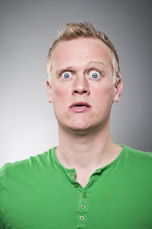 Retrato louco largamente Eyed do homem novo foto de stock