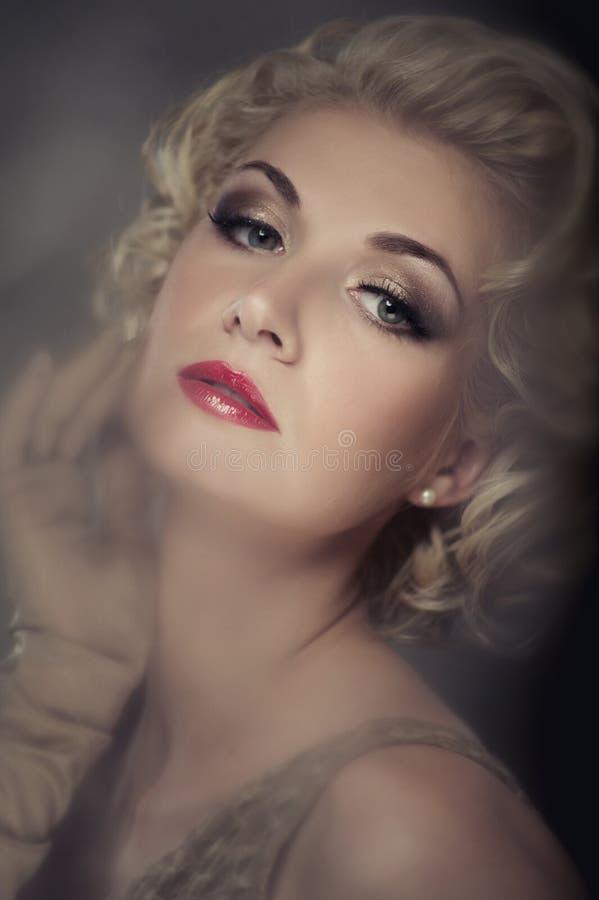 Retrato louro bonito da mulher fotografia de stock