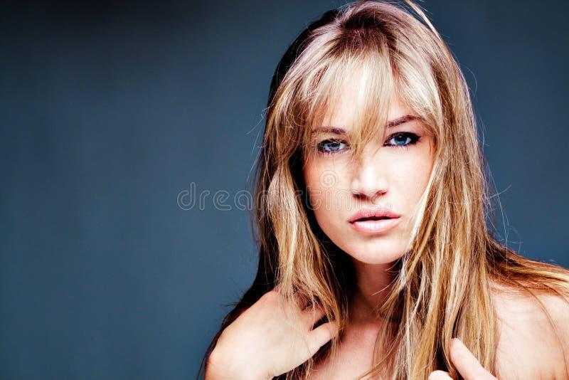 Retrato louro bonito natural da mulher imagens de stock royalty free