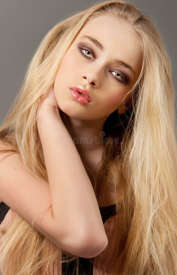 Retrato louro da mulher com cabelo bonito longo e os olhos fumarentos foto de stock royalty free