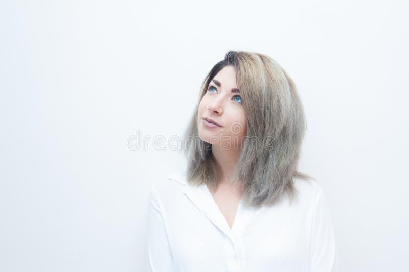 Retrato louro da mulher dos olhos azuis novos fotografia de stock