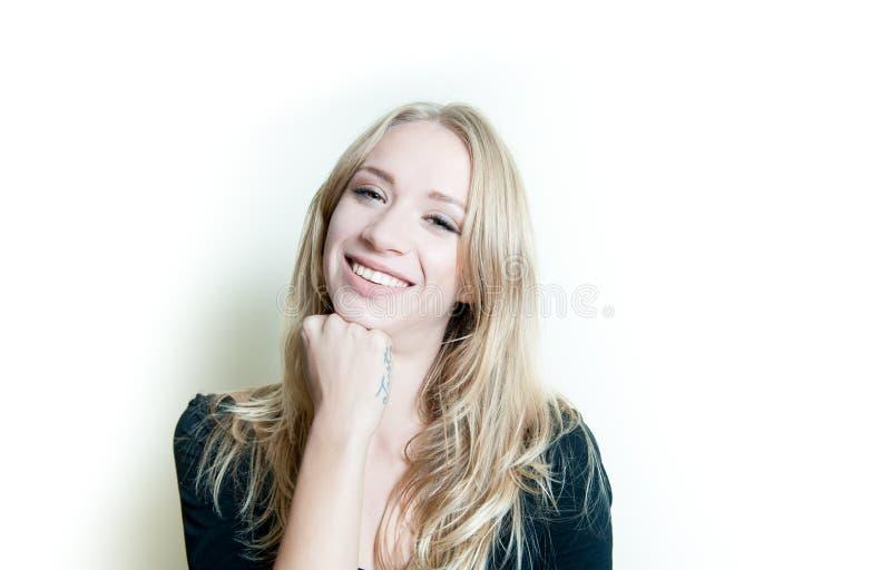 Retrato louro novo de sorriso da mulher isolado imagem de stock royalty free