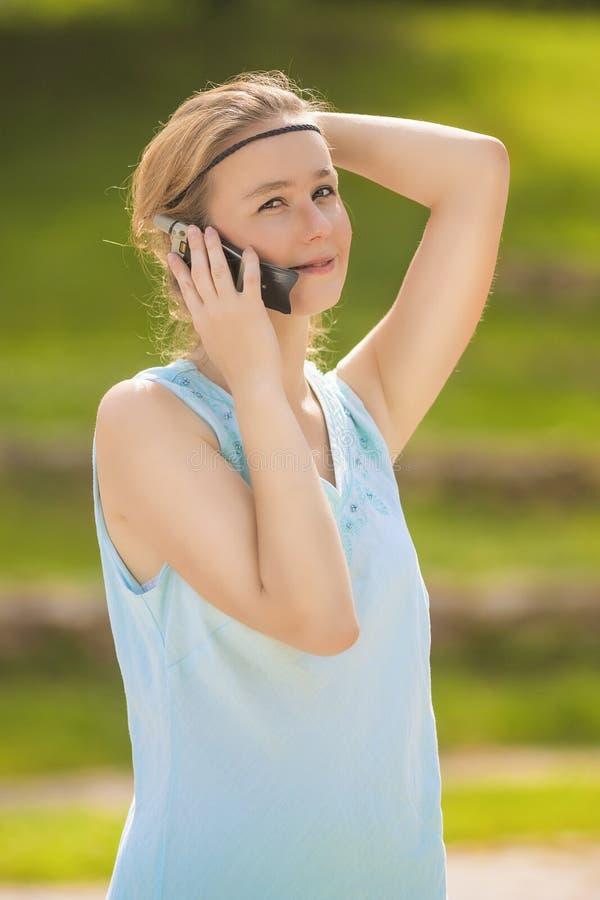 Retrato louro novo encantador do close-up da mulher no vestido azul fotografia de stock