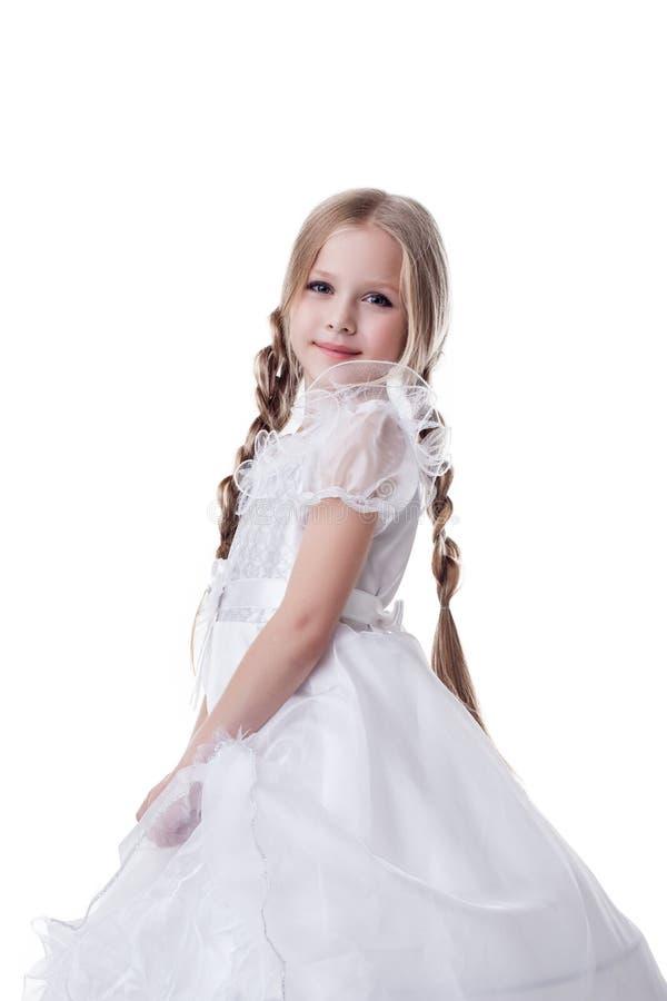 Retrato louro pequeno do miúdo da beleza no vestido branco imagens de stock