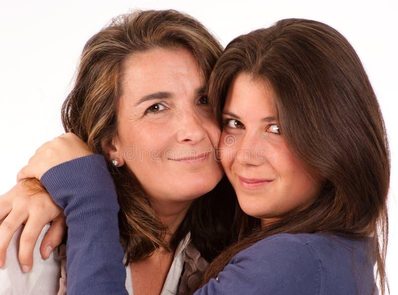 Retrato Loving de uma mamã e de sua filha adolescente foto de stock royalty free