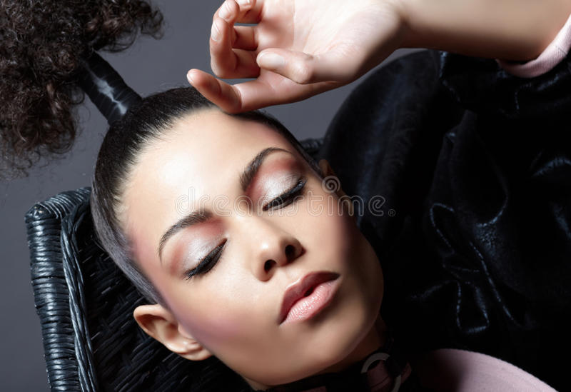 Retrato luxuoso da mulher do Close-up. Forma fotos de stock royalty free