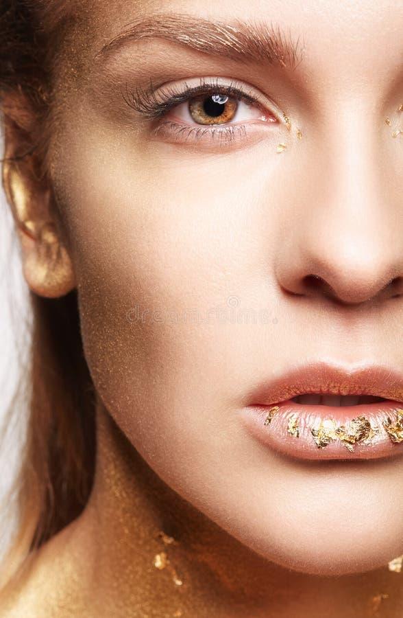 Retrato macro de la belleza del primer de la cara de la mujer joven foto de archivo libre de regalías