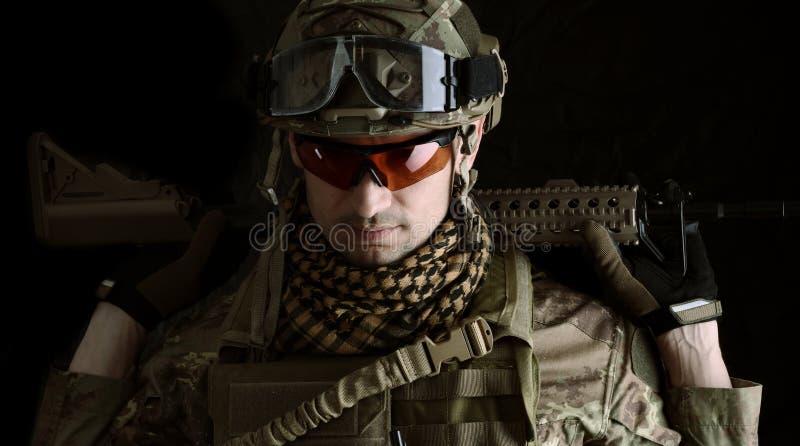Retrato macro de um atirador furtivo do militar fotos de stock