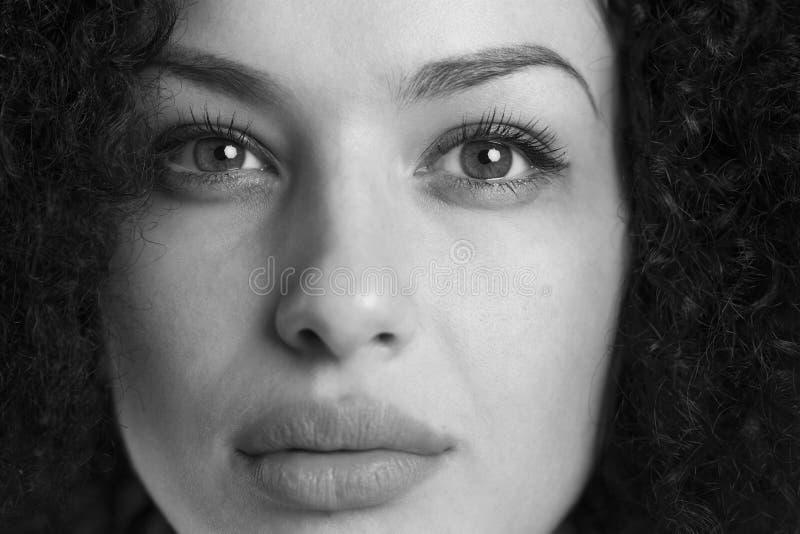 Retrato macro de una muchacha bonita en blanco y negro foto de archivo