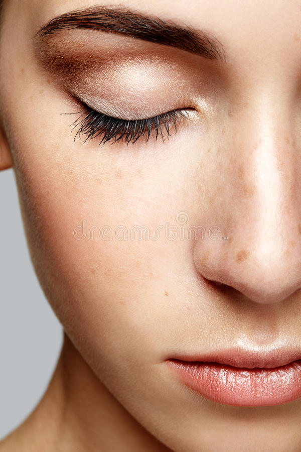 Retrato macro do close up da cara fêmea com olhos fechados Wo humano imagens de stock
